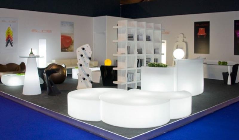 Witte design vakkenkast met led huren lounge zo - Witte design lounge ...