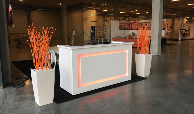 Bloembak huren met oranje decoratietakken lounge zo - Witte design lounge ...