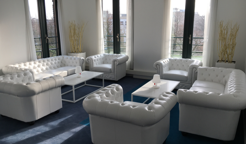 Witte chesterfield club fauteuil huren lounge zo - Witte design lounge ...