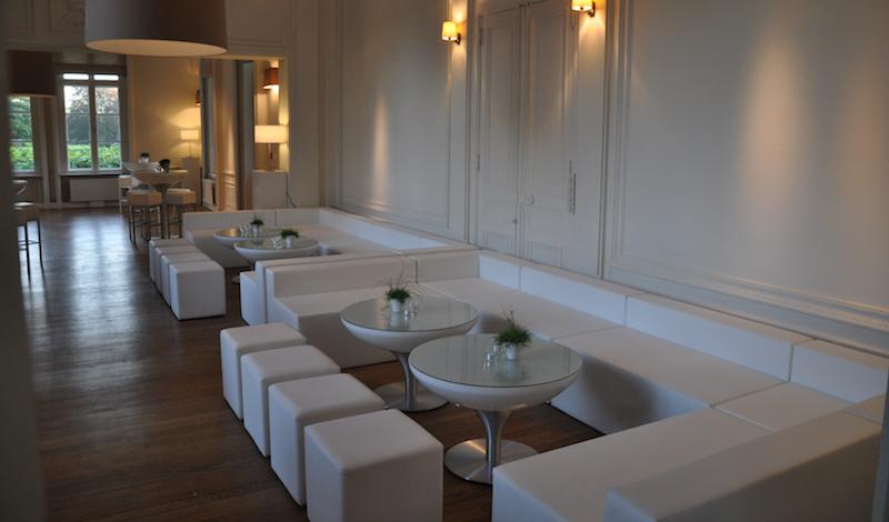 Witte loungebank met rugleuning huren lounge zo - Decoratie witte lounge ...