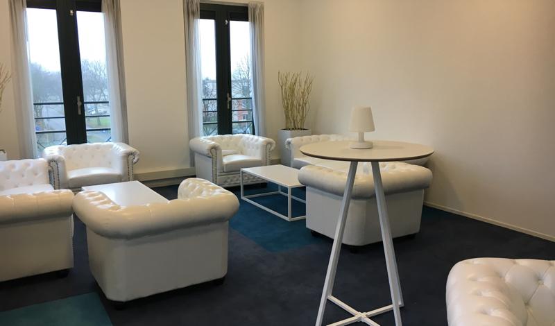 Huren witte chesterfield bank lounge sofa lounge zo - Decoratie witte lounge ...