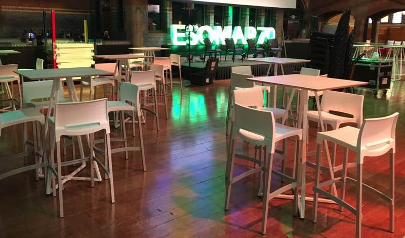 Huren statafels minimalistisch wit design lounge zo - Decoratie witte lounge ...