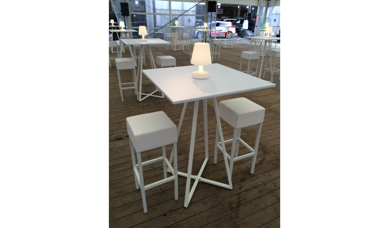 Huren statafels minimalistisch wit design lounge zo - Zwart design lounge en witte ...